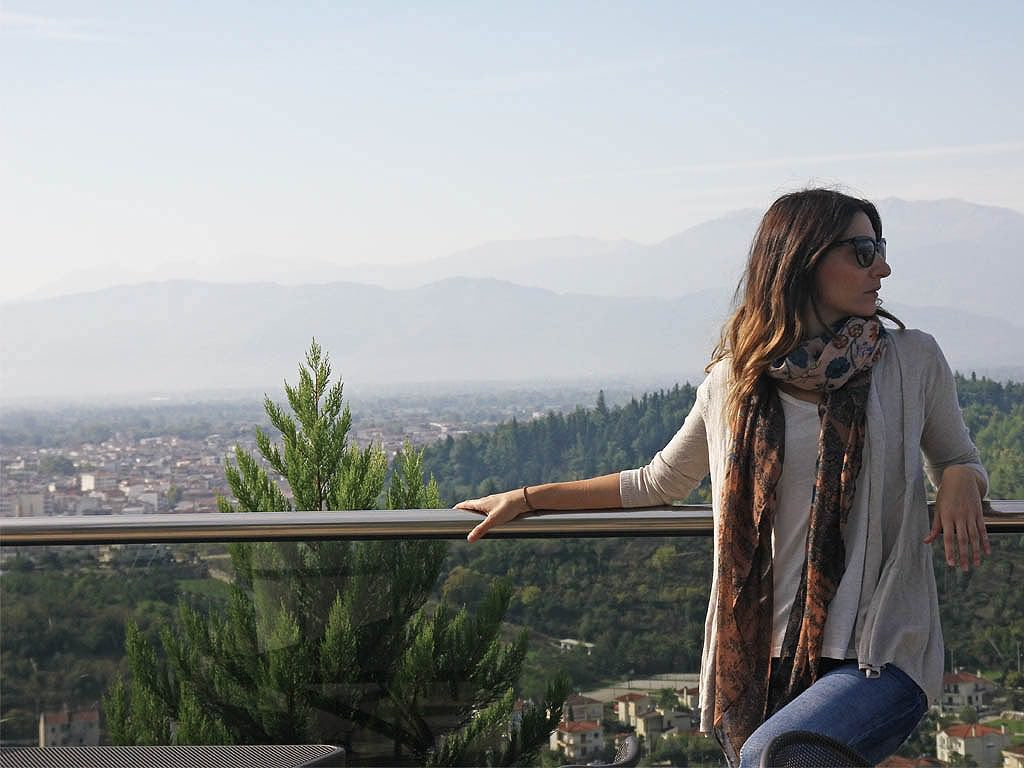 Travel Outfit: Τ-shirt, Η&Μ. Ζακέτα, Zara. Boyfriend jeans, Pull&Bear. Φουλάρι, StyleMeUp