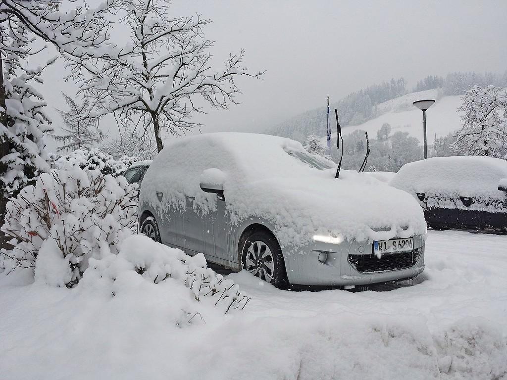 Το αυτοκίνητο που νοικιάσαμε στο Μόναχο, βουτηγμένο στο χιόνι στο Innsbruck
