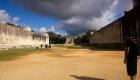 Το Βall Court, όπου υπάρχουν σκαλιστές αναπαραστάσεις αποκεφαλισμών των χαμένων