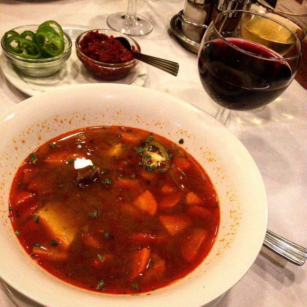 Ζεστή σούπα goulash στη Βουδαπέστη και κόκκινο κρασί