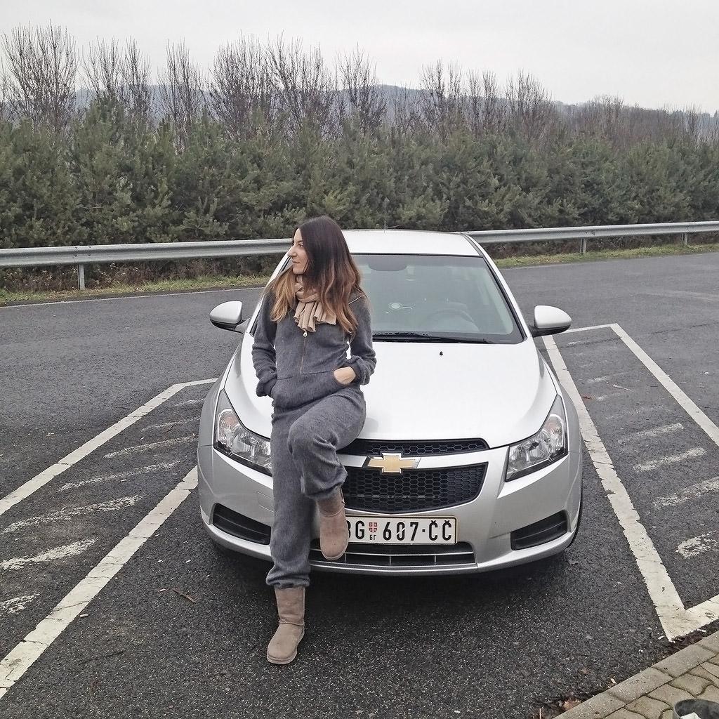 Κάπου μεταξύ Ουγγαρίας και Σλοβενίας με το αμάξι που νοικιάσαμε από τη Σερβία. Είμαι ντυμένη super άνετα φυσικά, με Homesies!