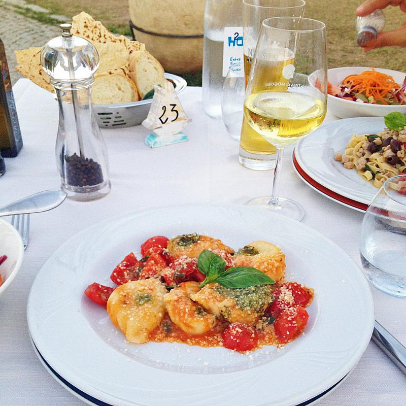 Ελαφρή δείπνο νωρίς το απόγευμα στη Σαρδηνία, με σαλάτα και γευστική ποικιλία