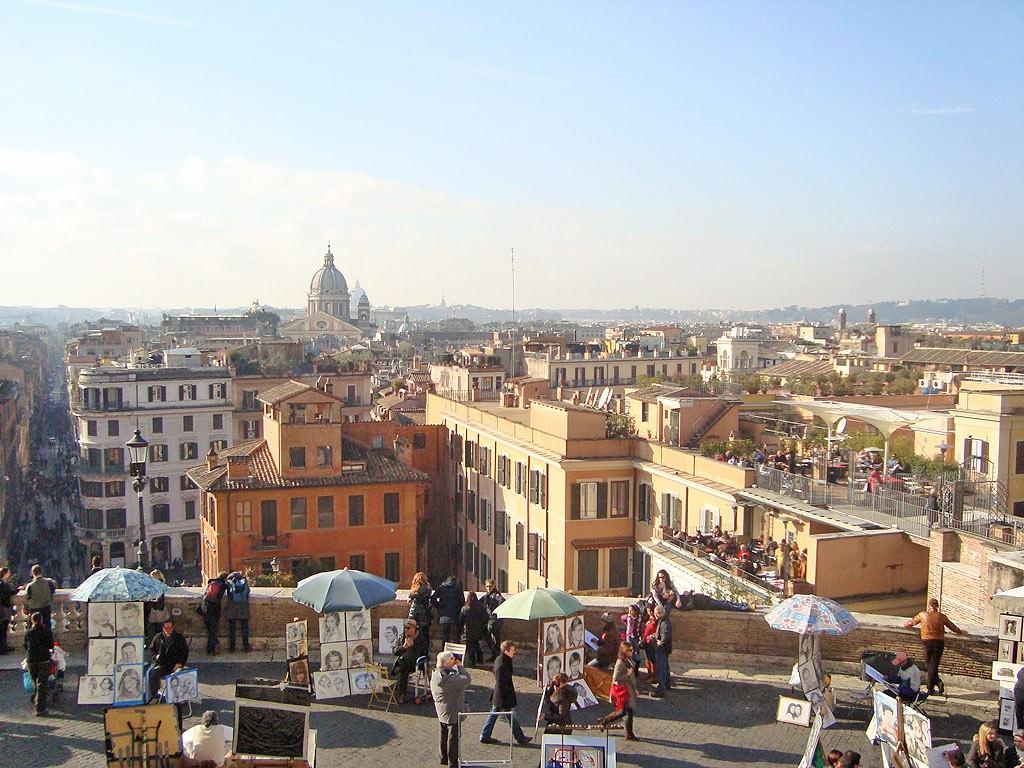 Στην Piazza di Spagna, με θέα την παστέλ πόλη