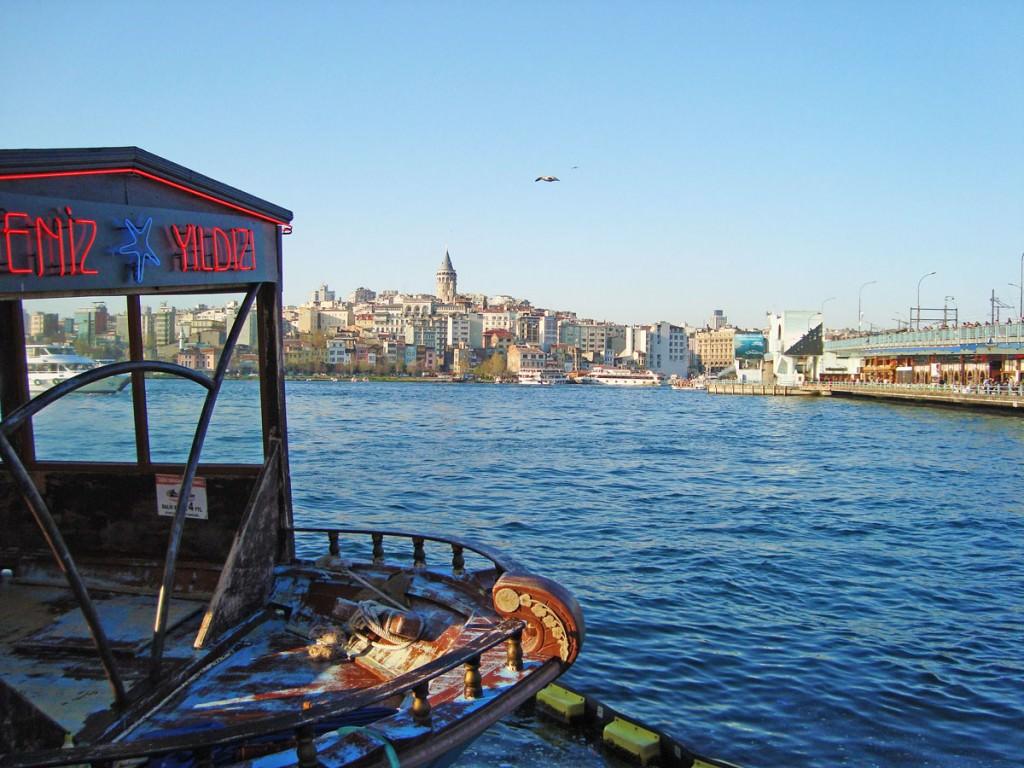 Τα ψαράδικα και η γέφυρα του Γαλατά με τα εστιατόρια από κάτω