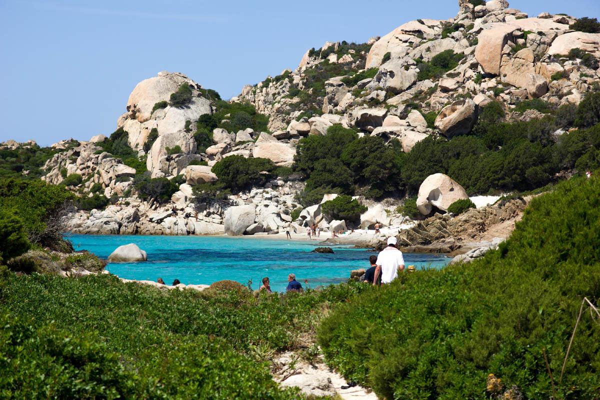 Κόσμος ψάχνει την ιδανική παραλία στο Maddalena Archipelago