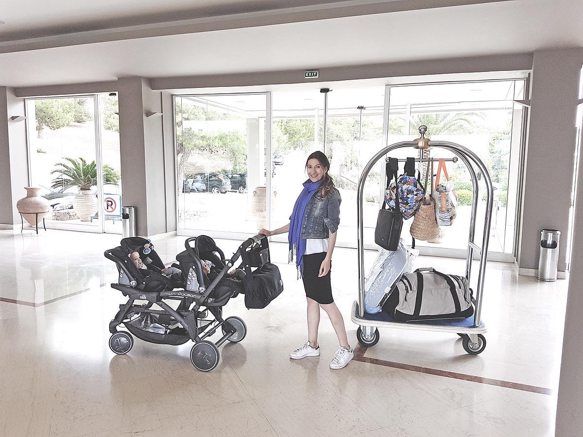 Πώς να ταξιδέψεις με δίδυμα μωρά χωρίς να κουβαλήσεις όλο σου το σπίτι